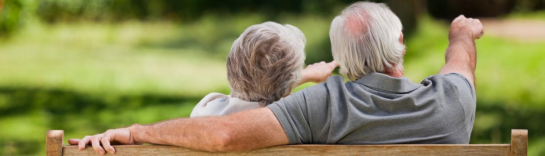 Ouder echtpaar op bank