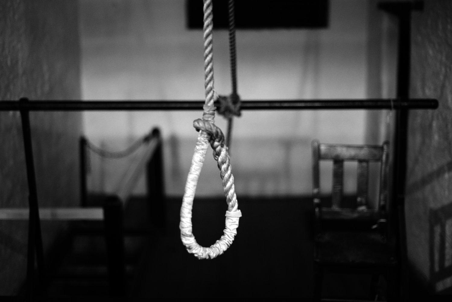 Afbeeldingsresultaat voor zelfmoord opgehangen